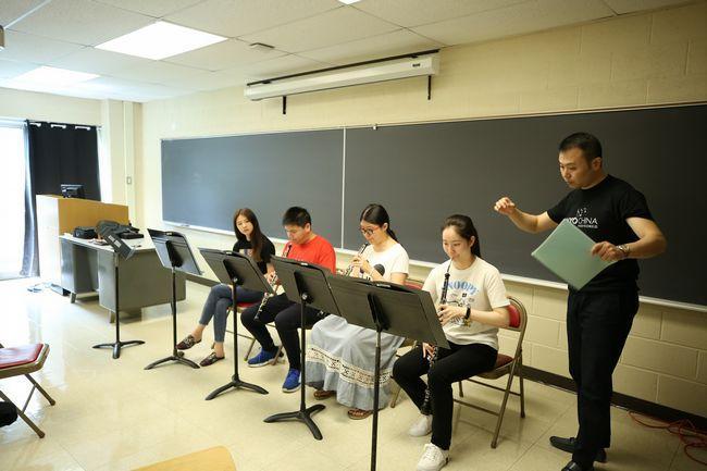 7.双簧管导师王亮指导双簧管声部排练
