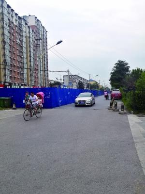 北京一道路圈起近兩年未動工 圍擋處堆放大量垃圾