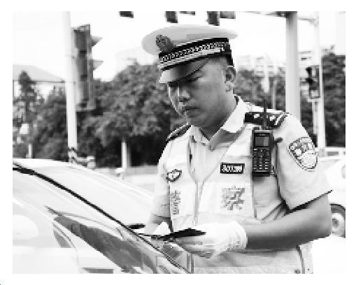 重庆交巡警高温中执勤12小时 藿香正气水当水喝