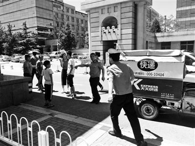 """为参观清华北大园区  一家四口藏匿快递车""""偷渡""""被抓"""