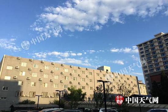今晨,北京天高云淡。