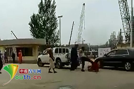 两壮汉打骂60多岁环卫工 被行拘15日罚款1000元