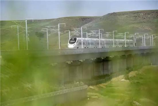 动车组列车行驶在张呼高铁乌兰察布段(8月3日摄)。8月3日上午10时18分,内蒙古首列高铁D6980次列车伴随着嘹亮的汽笛声,驶出呼和浩特东火车站,以250公里的时速驶向乌兰察布站,内蒙古自此正式迈进高铁时代。新华社发(王正 摄)