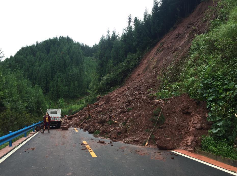 四川洪雅暴雨致道路中断 7000游客被迫滞留(图)