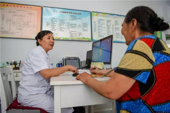 在内蒙古自治区锡林浩特市爱民社区,社区医生给居民做检查(7月21日摄)。新华社记者 连振 摄