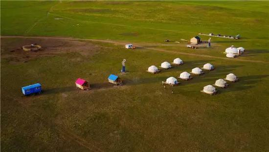 内蒙古自治区新巴尔虎右旗克尔伦苏木芒来嘎查党支部书记米吉格家开办的牧家乐(7月17日摄)。新华社记者 连振 摄