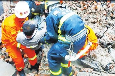 商丘暴雨民房坍塌一人被埋 消防员徒手刨废墟救人