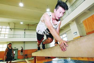 郑州有群跑酷少年 城市就是他们的健身房