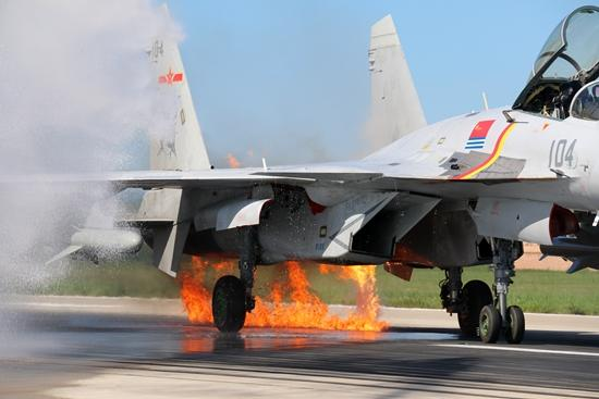 歼15引擎起火:空中迎面撞上鸟群飞行员沉着驾机带火着陆