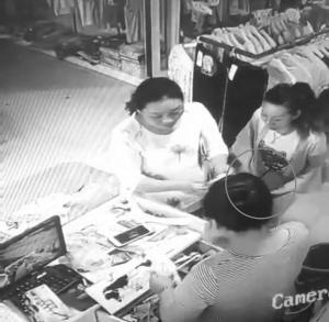 实拍两女真钞秒换假币:配合默契 手法娴熟