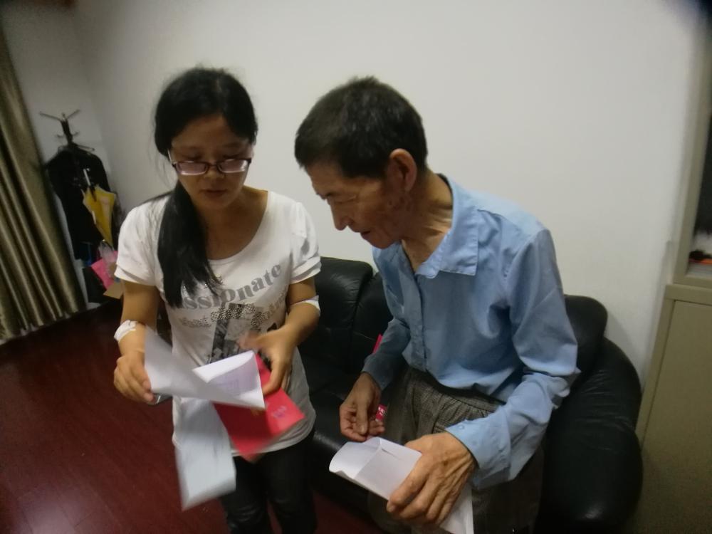 杭州85岁退休教师深夜拾荒资助困难学生十多年