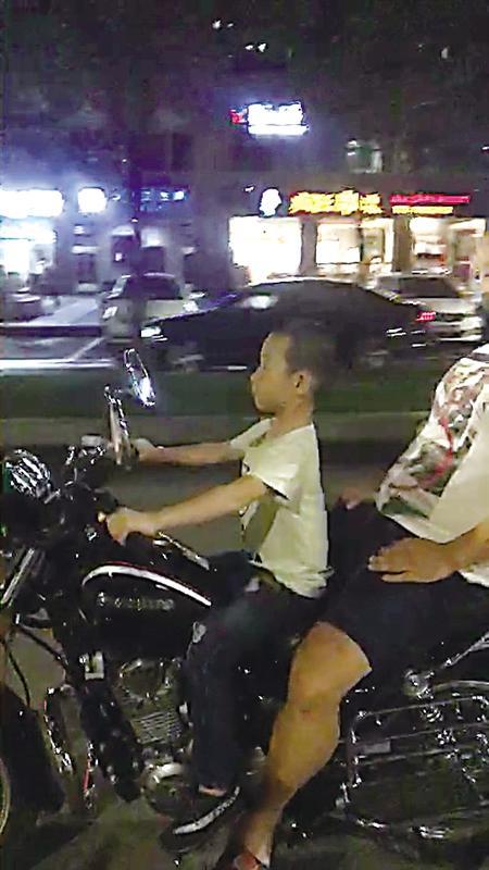 父亲让7岁儿子驾摩托车遭罚2000元并吊销驾照