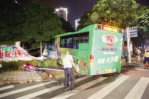 南宁公交车一头撞穿小区墙壁 原因竟是避让电动车
