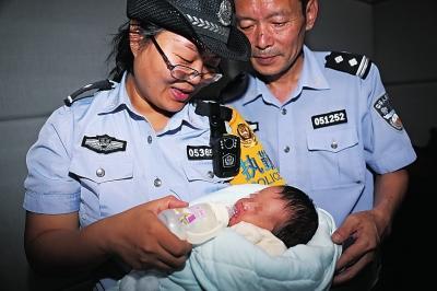 女子用凉水冲奶粉?郑州铁警凭一细节破获贩婴大案