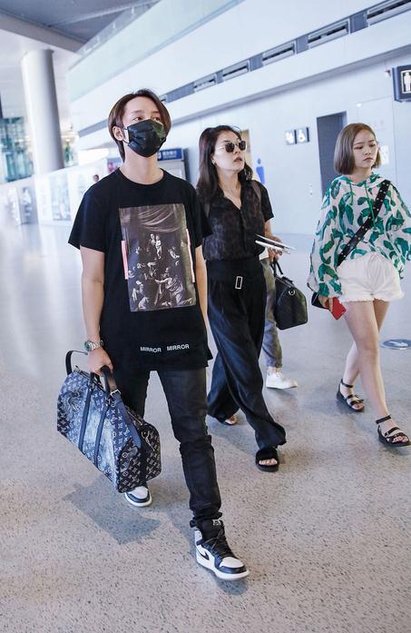 尹正休闲现身机场遭围堵 贴心叮嘱粉丝注意安全