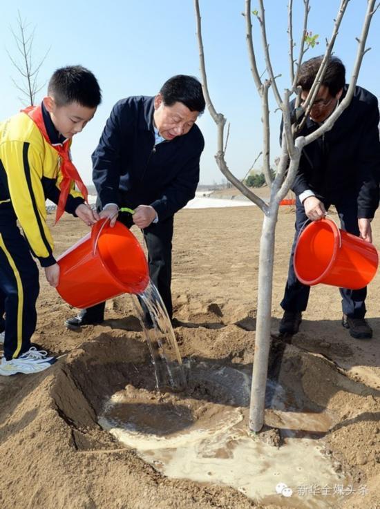 2014年4月4日,习近平在北京团城湖植树。新华社记者 李涛摄
