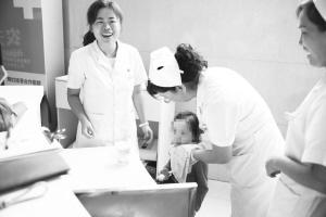 8岁女童街头走失跟在护士后面众护士帮她找家人