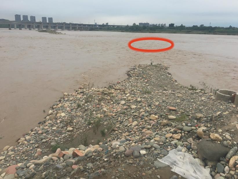 四川乐山一年轻男子下河救人与落水者均失踪图