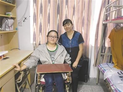 学校拆门框迎接瘫痪女生 安排单间与妈妈同住
