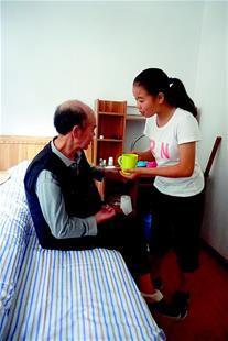 20岁孝心女孩带着父亲上大学华师无偿提供一室一厅