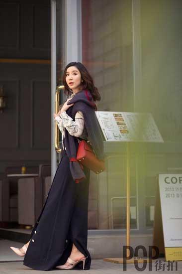 娄艺潇街拍展百变魅力 活力少女还是优雅女人?