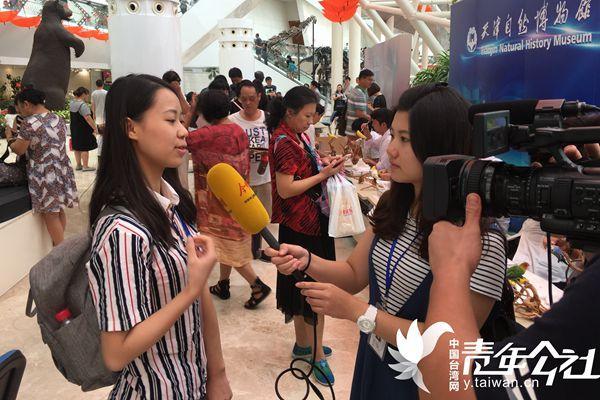 """第二届""""爱媒・讲""""未来媒体人体验营中,台湾文藻外语大学实习生吴俞萱化身""""本地记者""""进行采访。"""