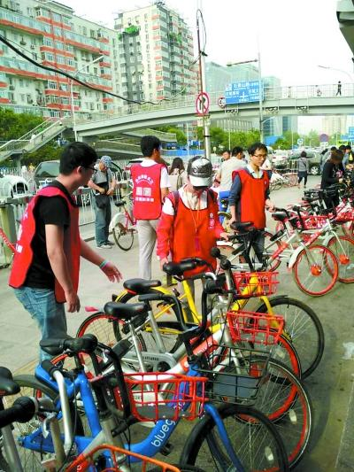 """北京义工治理共享单车乱停放 与运车员""""抢活"""""""