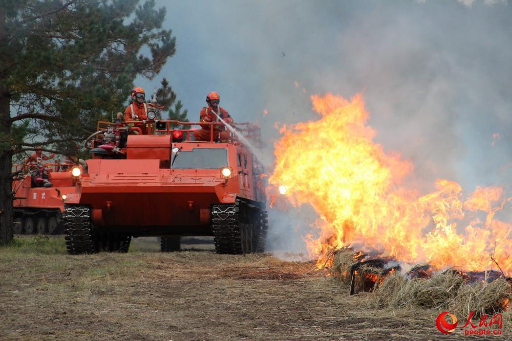 中国举行大规模军地联合灭火演习 大批新装备上阵