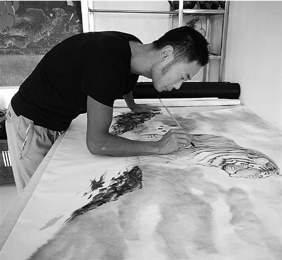 农民画虎6年:每天画6小时以上一幅能卖三千