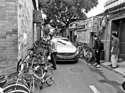 北京积水潭医院门口遭共享单车围堵 救护车出行受阻