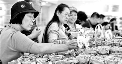 今年月饼走小散轻路线 稻香村小月饼一天卖千块