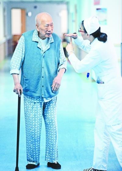"""102岁老人每天玩扑克:闲下来就怕脑筋""""生锈"""" 中国财经新闻网 http://www.prcfe.com"""