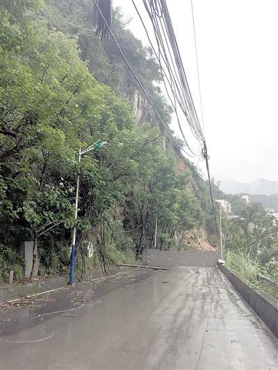 超七千方危岩崩塌 地质工作者1分钟封路救10余人