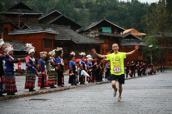 跑者边跑边感受黔东南少数民族人文风情