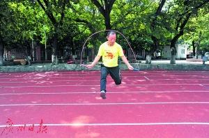 42岁跳绳达人 3个半小时连跳3万次