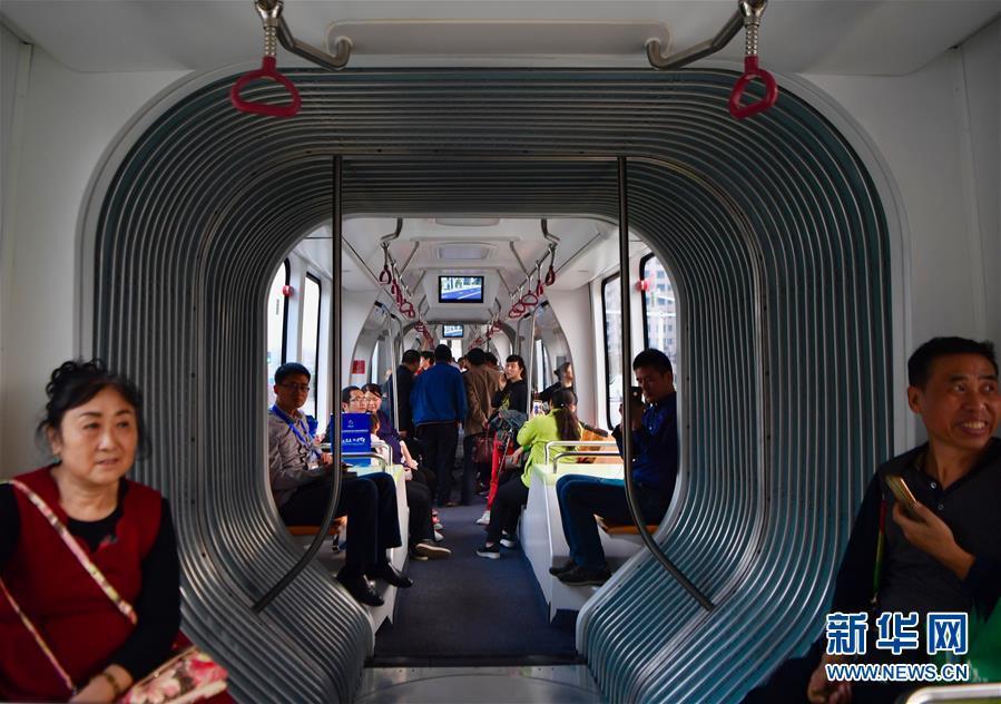 """(科技)(3)""""智轨""""列车实现上路运行"""