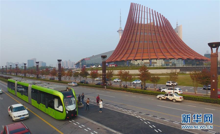 中国智轨列车运行 充电10分钟可跑25公里