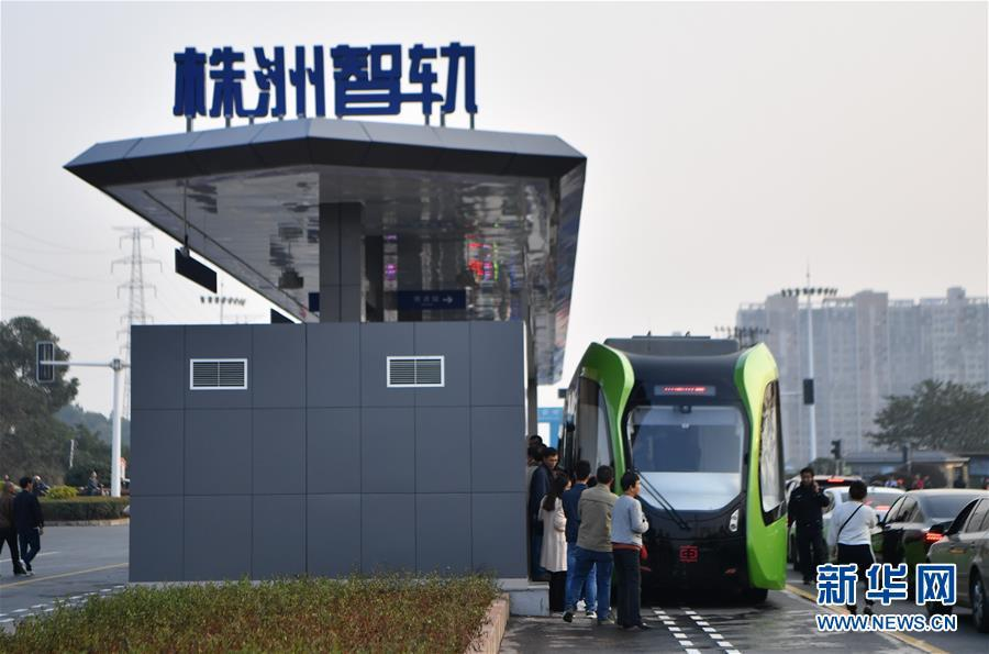 """(科技)(2)""""智轨""""列车实现上路运行"""