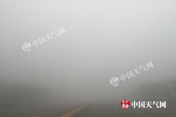 河北浓雾锁城致飞机延误高速封闭 周末开始好转