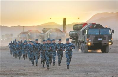 军事资讯_军事新闻    10月28日,深秋的西北大漠戈壁,天高云淡,数辆地空导弹