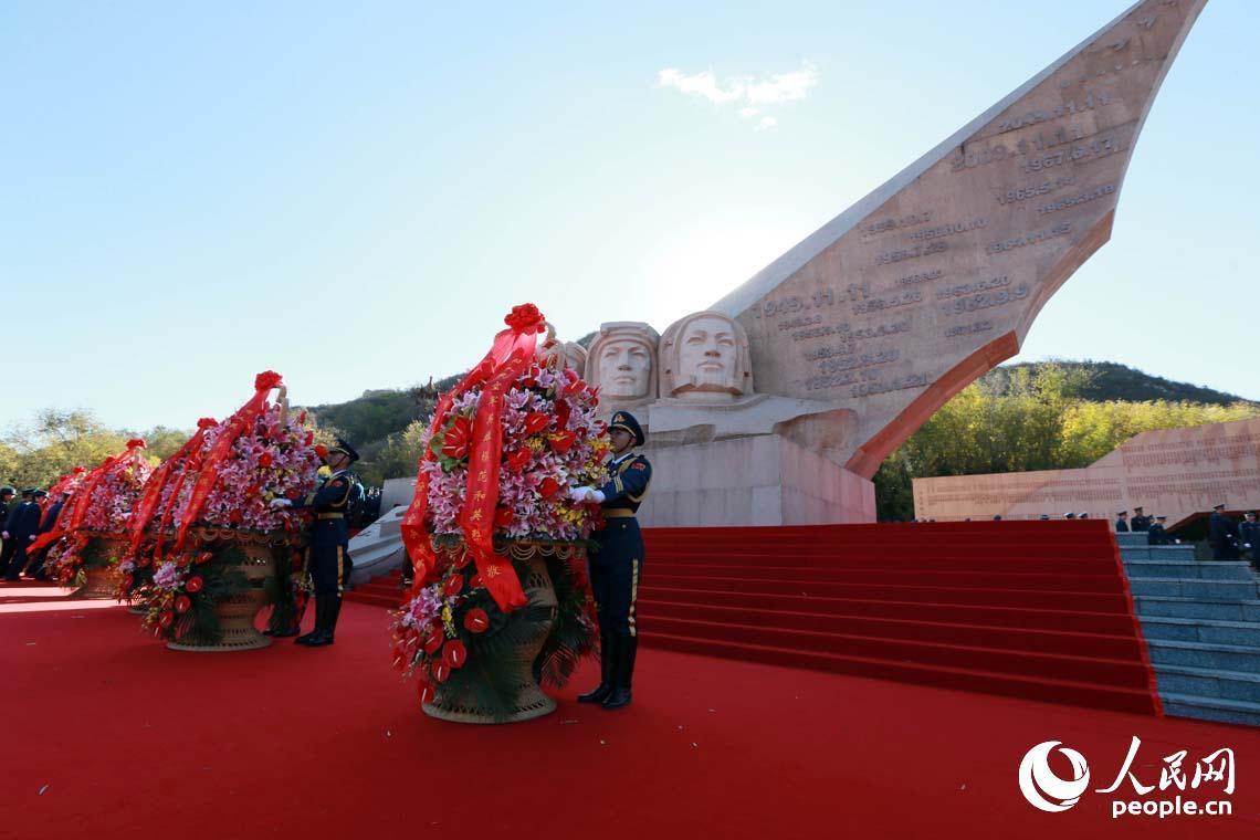 空军在京举行向英雄纪念墙敬献花篮仪式