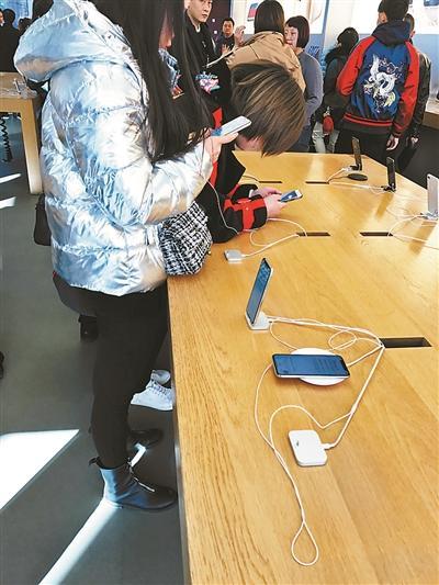 使用不足半月iPhoneX掉漆? 工作人员称不在售后范围