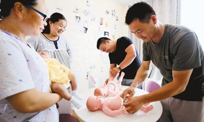 很多年轻父母不会带孩子 宝宝护理请月嫂靠得住吗