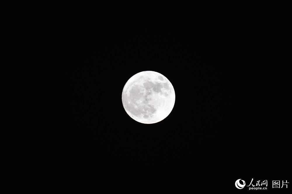 2017年唯一超级月亮登场。人民网 翁奇羽 摄