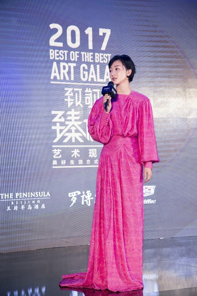 张瑶穿粉色礼服裙空灵迷幻 闪亮丝线演绎复古情怀