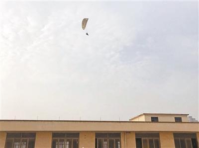 居民区上空现滑翔伞飞行 当地空中管制部门:私自飞行
