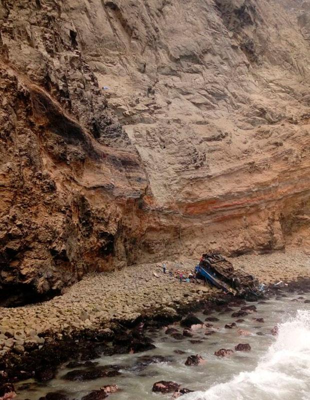 秘鲁一载有50余人大巴坠落悬崖 已造成至少25人死亡