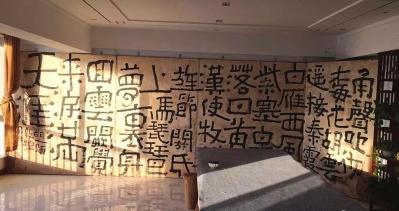企业家雇起重机与十余壮汉把一堵书法墙搬到11楼
