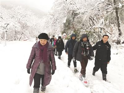 大雪封山民警铲雪开路 18名被困游客安全下山