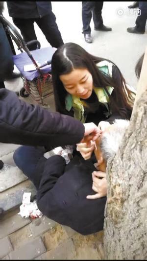 点赞! 老人摔倒受伤 河北美女护士伸援手为其包扎